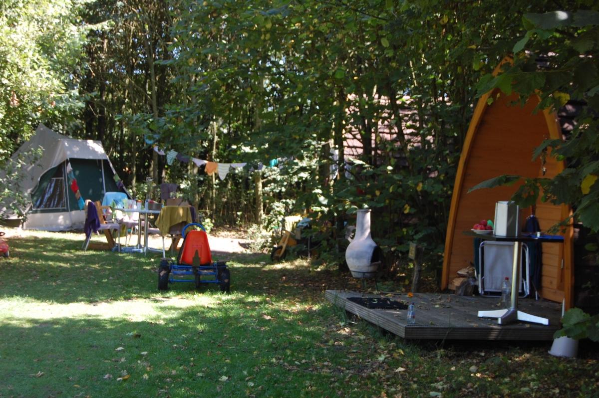 kleine-houten-tent-met-kampeerplaats-en-skelter